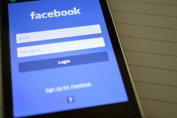 Teléfono con acceso a Facebook